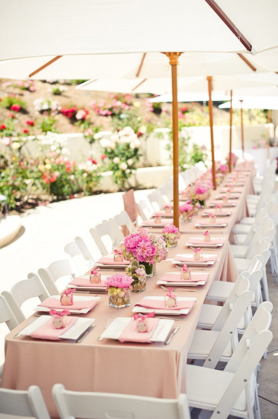 Outdoor tablesetting pink and white and fresh