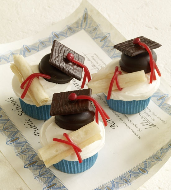 DIY graduation cap and diploma cupcakes. #DIY #Graduation