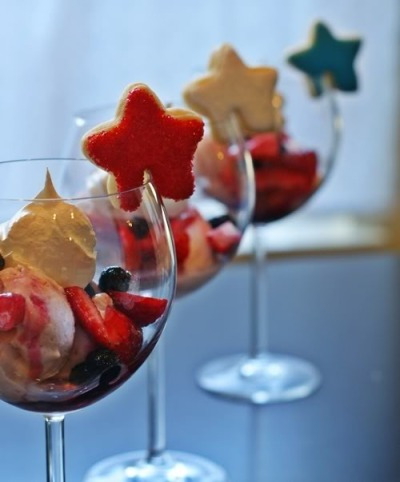 4th of July Icea cream sundaes with star cookies
