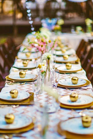 golden apple place settings for this all white and gold tablescape